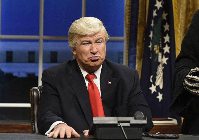 الممثل أليك بالدوين يقلد الرئيس الأمريكي ترامب