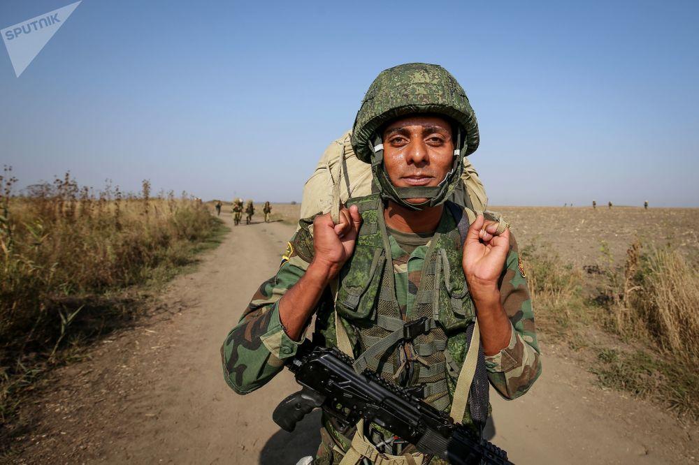 أحد أفراد قوات الجيش المصرية خلال مناورات حماة الصداقة-2017 في كراسنودارسكي كراي