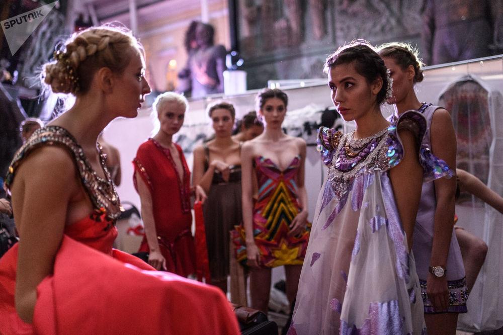 عارضات أزياء قبل بدء العرض في إطار فعااليات مهرجان الإثنو-الثقافي - 2017 (إتنو آرت فيست - 2017) في موسكو