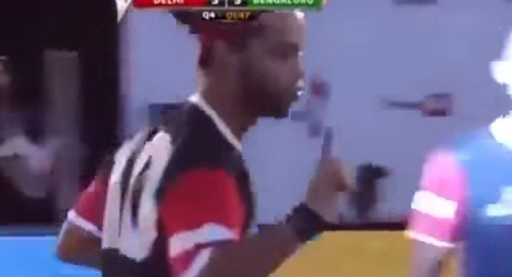 بالفيديو...رونالدينيو يخدع الحارس بلمحة سحرية ويسجل هدفا