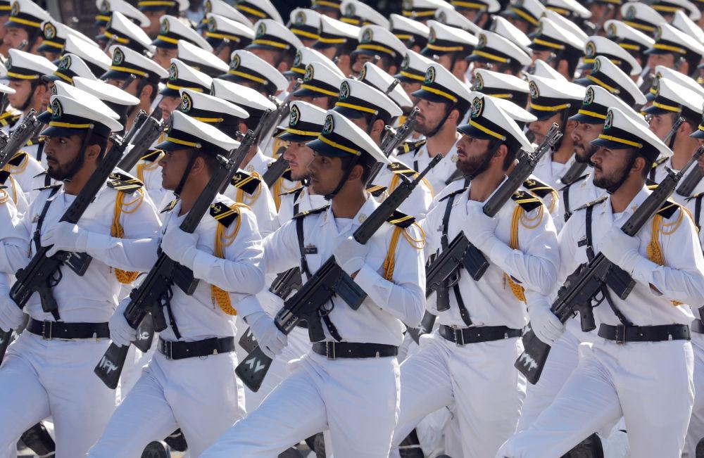 الجنود الإيرانيون في العرض العسكري في طهران