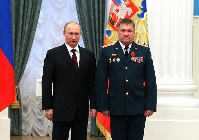 الفريق فاليري أسابوف مع الرئيس فلاديمير بوتين