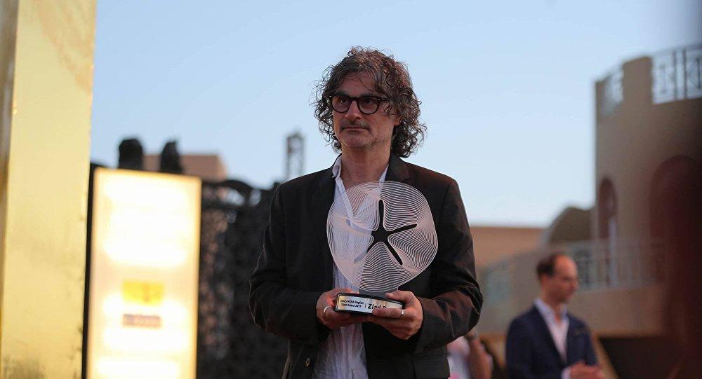 زياد دويري لحظة تكريمه من مجلة فارايتي قبل عرض فيلمه في الجونة