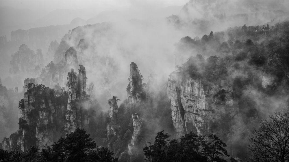 ضباب جبل تيانزي للمصور هونغوي لي، الذي دخل في نهائيات مسابقة مصور الطقس لعام 2017