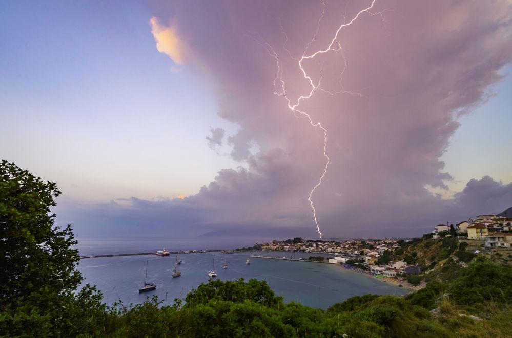 ساموس الاستوائية للمصور، مانوليس ثرافالوس، الذي دخل في نهائيات مسابقة مصور الطقس لعام 2017