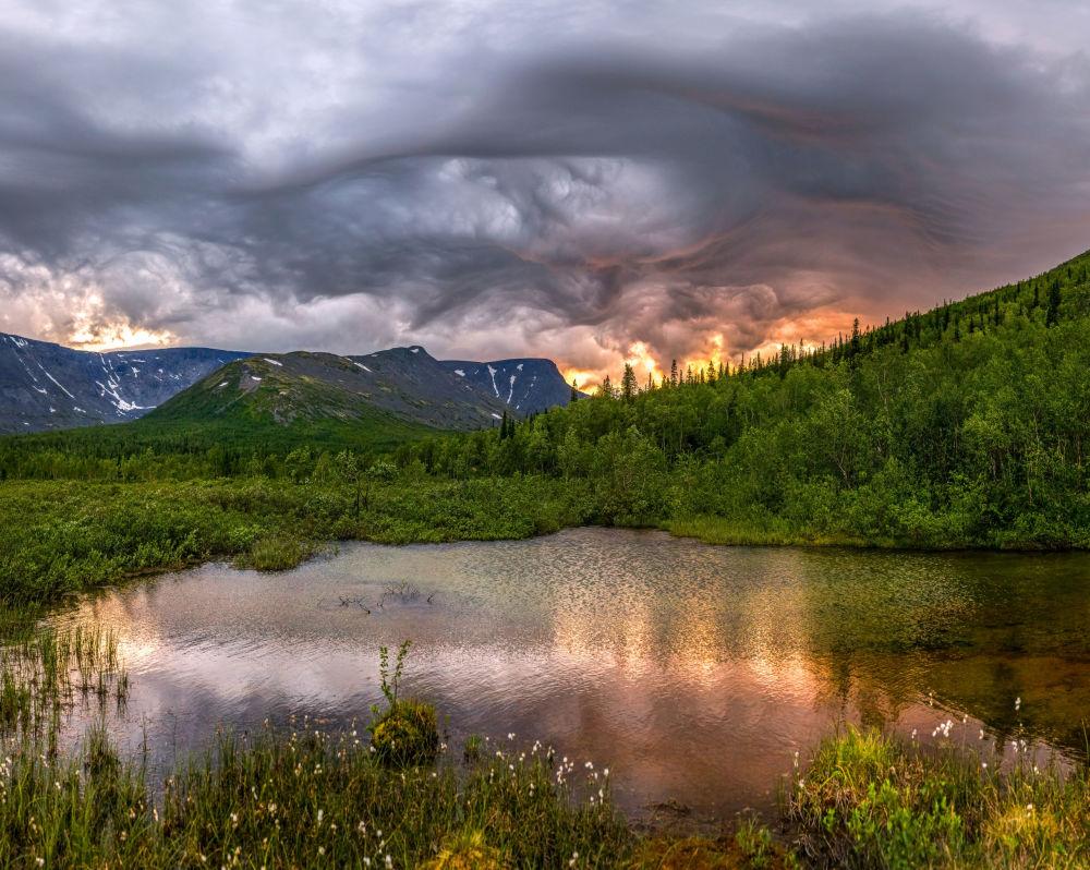 صورة إثارة في السماء للمصور، فيودور لاشكوف، التي دخلت في نهائيات مسابقة مصور الطقس لعام 2017