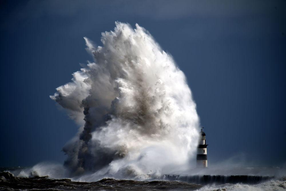صورة وحش من الأعماق للمصور، بول كينغستون، التي دخلت في نهائيات مسابقة مصور الطقس لعام 2017