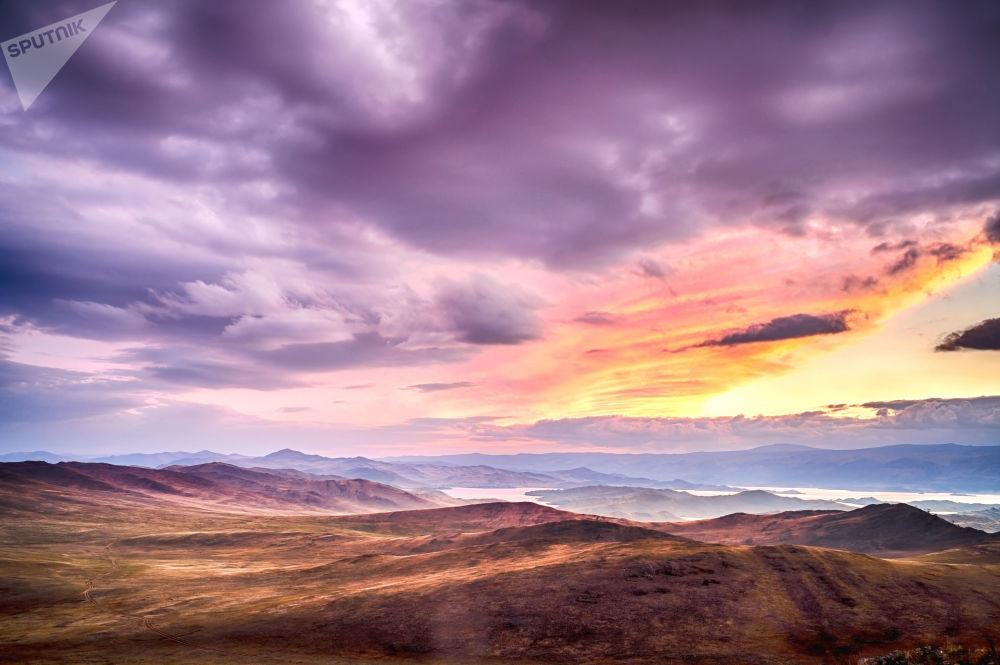 غروب الشمس على جزيرة أولخون ببايكال، روسيا