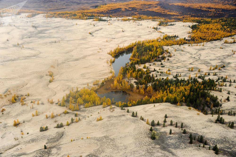 مشهد يطل على رمال تشارسكي في وادي تشارسكي في إقليم زابايكالسكي كراي، روسيا