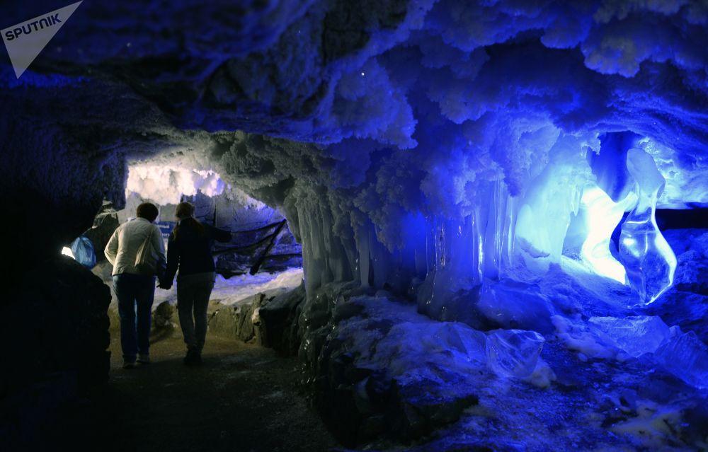 كهف كونغور الجليدي في قرية فيليبوفكا وإقليم بريمورسكي كراي، روسيا