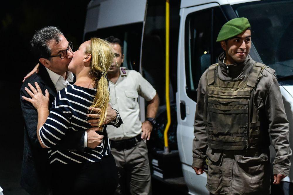 الصحفي التركي قدري غورزيل (في صحيفة  جمهورية المعارضة) يقبّل زوجته بعد إصدار محكمة اسطنبول باطلاق سراحه، تركيا 26 سبتمبر/ أيلول 2017