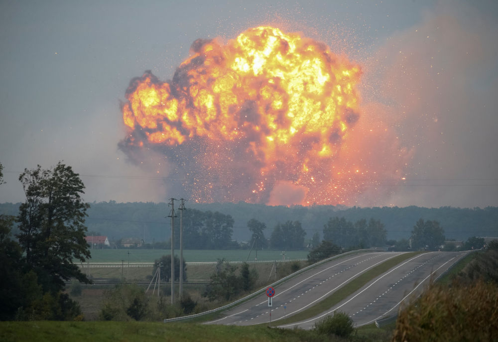 تصاعد الأدخنة والانفجارات من القاعدة العسكرية، التي تمتد على مساحة 60 هكتارا، وتحتوي على ترسانة من 188 ألف طن من الذخيرة، بما في ذلك صواريخ وقاذفات صواريخ منها غراد ببلة كالينوفكا، أوكرانيا 27 سبتمبر/ أيلول 2017