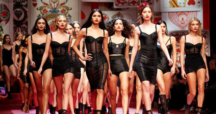 عرض أزياء لـ دولتشي آند غابانا (Dolce&Gabbana) خلال أسبوع الموضوة في ميلانو، إيطاليا 24 سبتمبر/ أيلول 2017