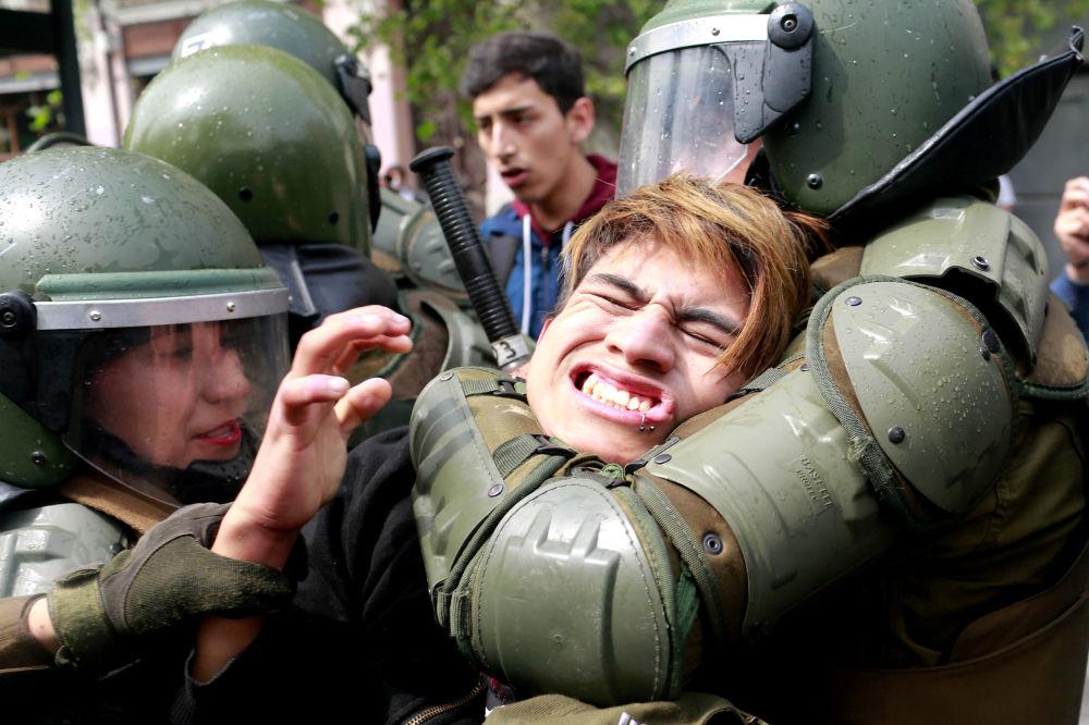 اعتقال أحد المتظاهرين خلال مسيرة تطالب بغدخال تعديلات في نظام التعليم في سانتياغو، تشيلي 27 سبتمبر/ أيلول 2017