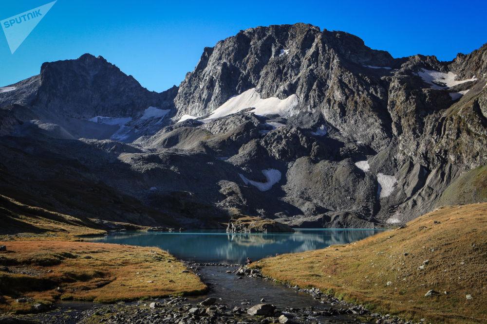بحيرة إيمريتينسكي الكبيرة في أراضي القسم الشرقي (كاراشايفو-تشيركيسيا) ضمن المحمية الطبيعية القوقازية