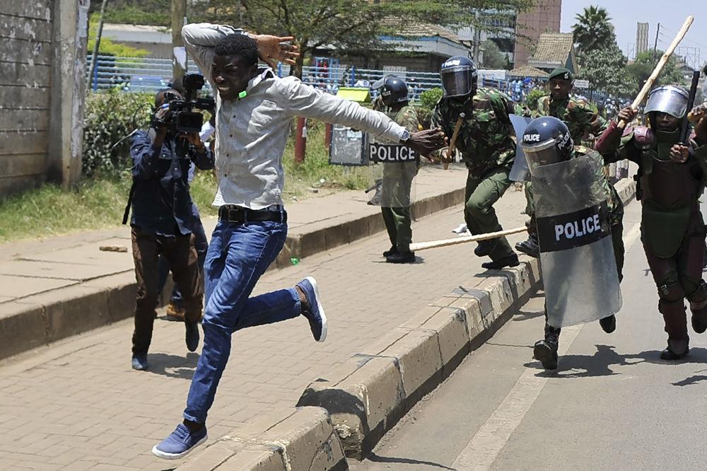 أحد المحتجين يحاول الفرار من شرطة مكافحة الشغب في 26 سبتمبر/ أيلول 2017 في نيروبي خلال مظاهرة للمطالبة بإزالة مسؤولين من الهيئة الوطنية لمراقبة الانتخابات، اللجنة المؤقتة للانتخابات والحدود، يزعم تورطهم في فرز الأصوات خلال 8 أغسطس/ آب، خلال الانتخابات الرئاسية