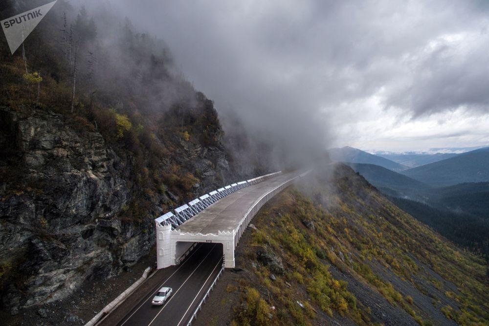 معرض مضاد للانهيار (الجرفي أو الثلجي) على طول ممر بويبينسكي من الطريق السريع الاتحادي ينيسي في كراسنويارسكي كراي، روسيا