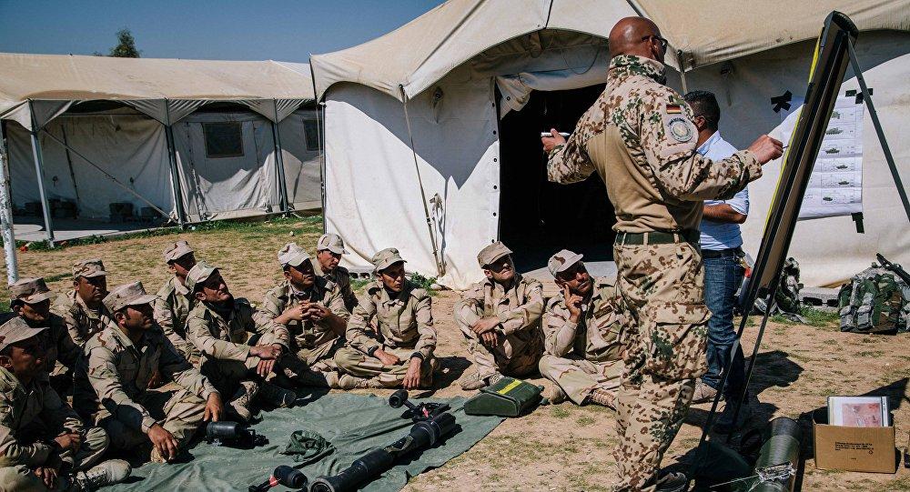 جنود البشمركة الكردية يحضرون دروسا لمدربين من الجيش الألماني حول كيفية استخدام صاروخ مضاد للدبابات