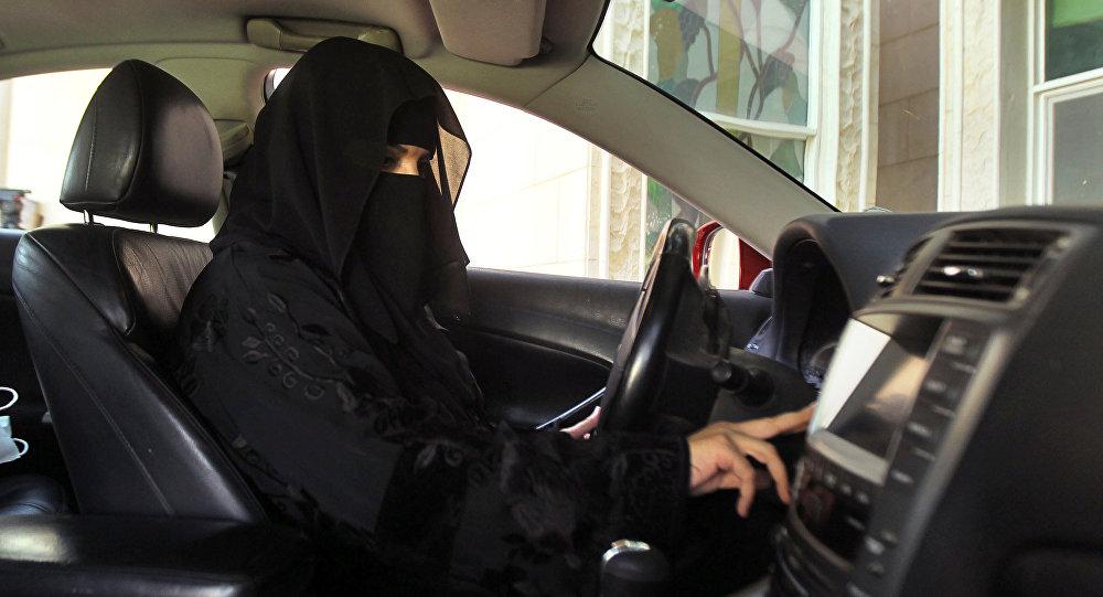 سعودية تقود السيارة