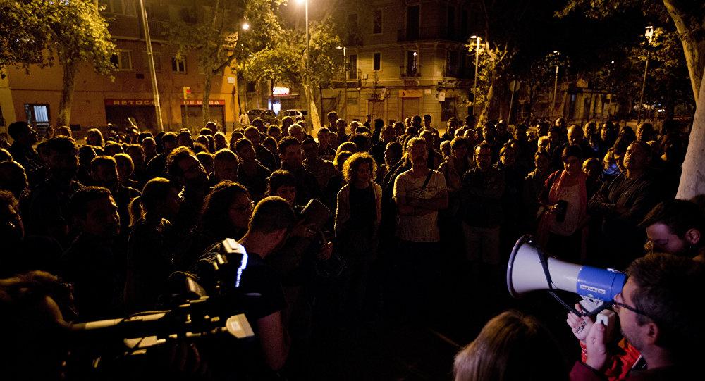 ناخبو كاتالونيا يقفون أمام مراكز الاقتراع