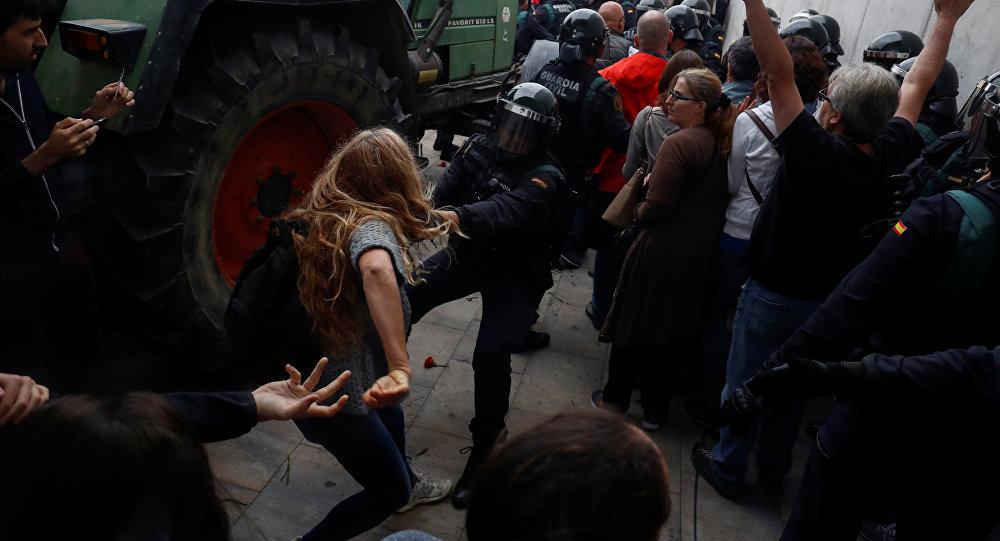 اشتباكات بين الشرطة الإسبانية وناخبين في كتالونيا