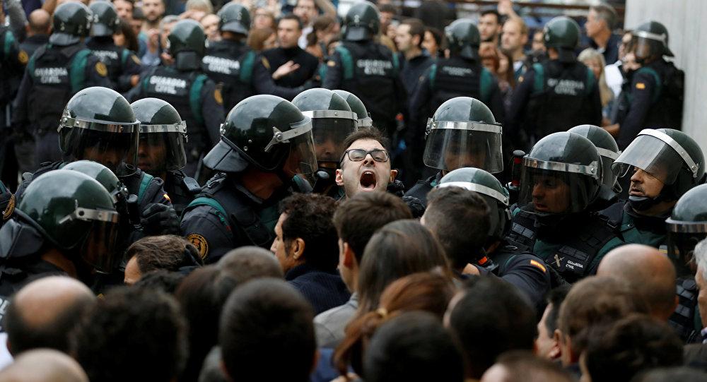 الشرطة الإسبانية تمنع ناخبين في كتالونيا