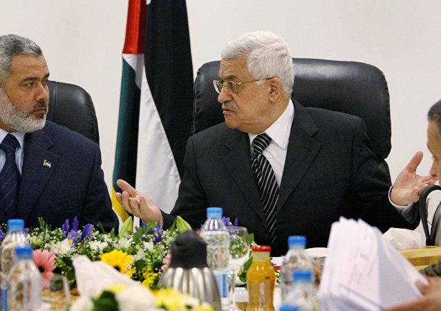 الرئيس الفلسطيني محمود عباس والأمين العام لحركة حماس إسماعيل هنية