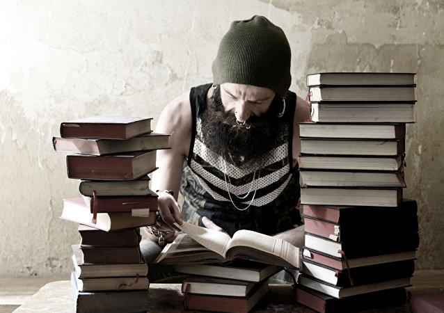 رجل يقرأ الكتب