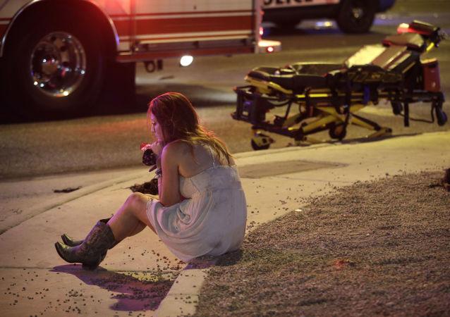 فتاة بالقرب من مكان إطلاق النار في لاس فيغاس، 1 أكتوبر/تشرين الأول 2017