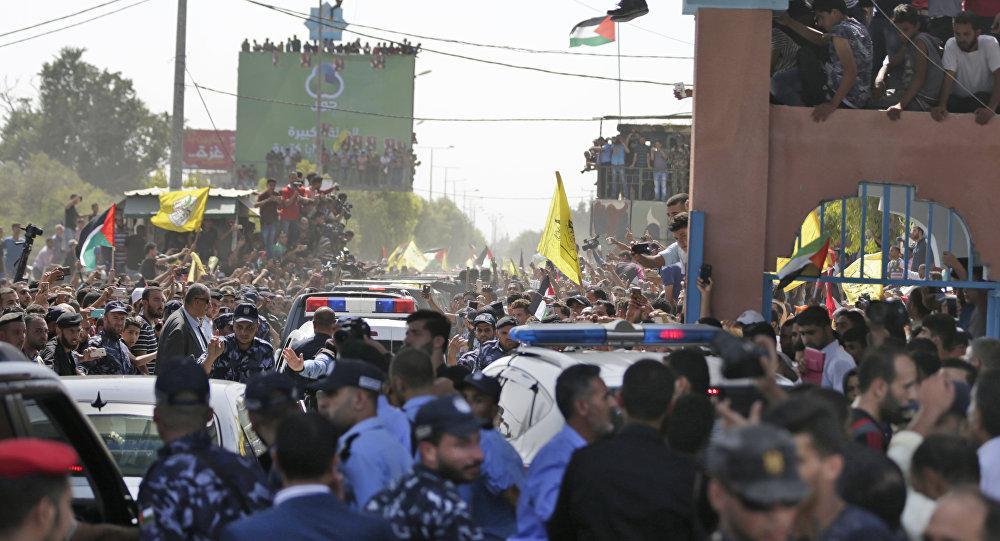 تجمهر الفلسطينيين على حدود معبر إيرز في بيت حانون لدى وصول رئيس الوزراء الفلسطيني رامي الحمدالله وعد من المسؤولين من حركة فتح إلى مدينة غزة، قطاع غزة، فلسطين 2 أكتوبر/ تشرين الأول 2017