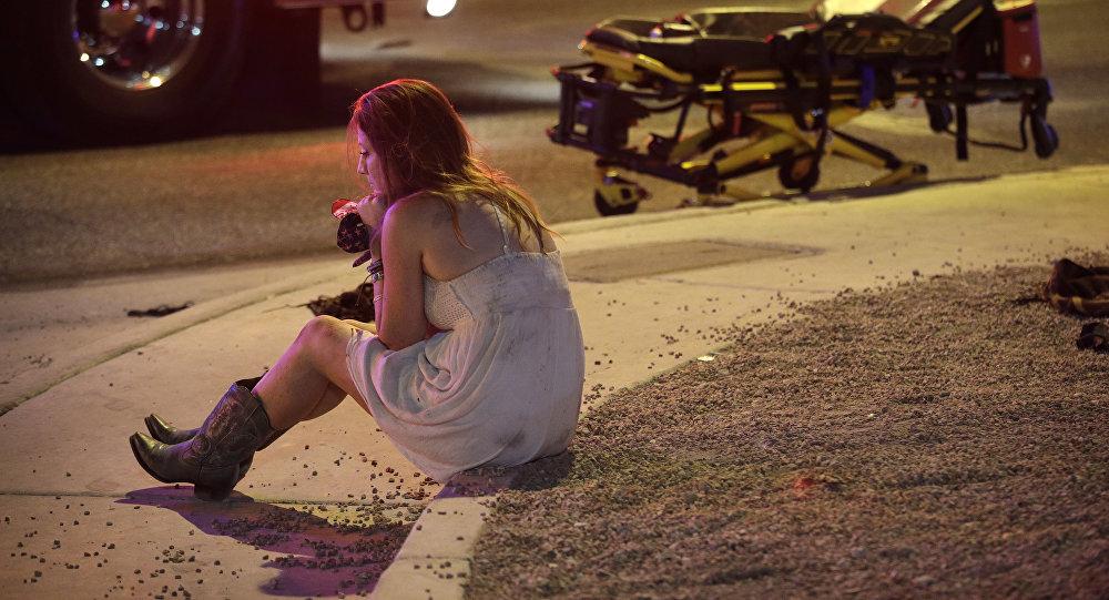 امرأة تجلس في مكان إطلاق النار في لاس فيغاس