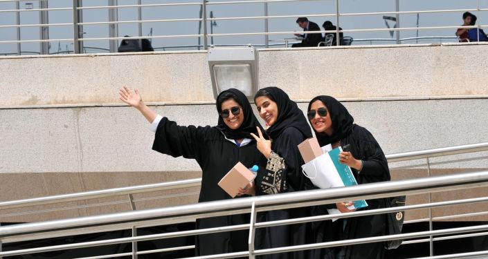 طالبات سعوديات خلال مؤتمر المعرض الدولي للتعليم العالي في الرياض، السعودية 19 ابريل/ نيسان 2011