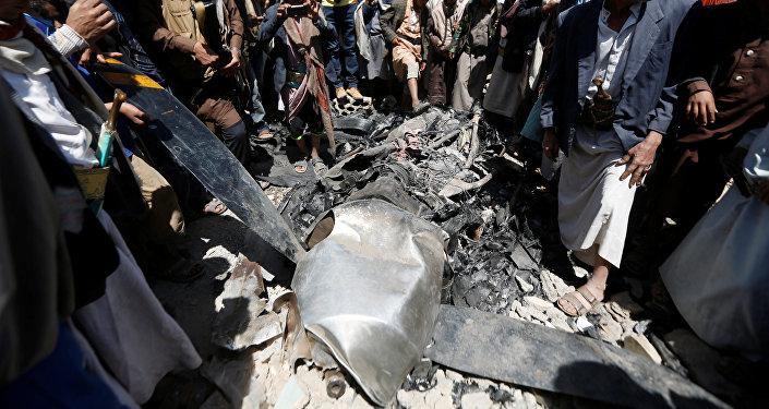مواطنون في العاصمة صنعاء لسقوط طائرة استطلاع