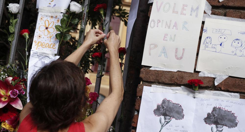 امرأة تثبت زهرة أمام مبنى حيث جرى التصويت، خلال مظاهرات لتأييد استفتاء كتالونيا في برشلونة