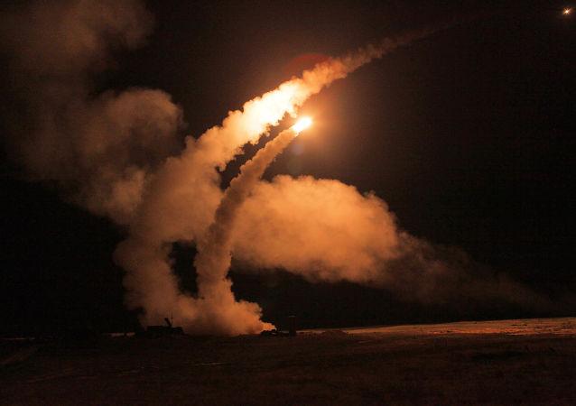 مناورات ليلية لإطلاق صواريخ لمنظومة إس-400 (تريومف) في الحقل العسكري أشولوك في أستراخانسكايا أوبلست، روسيا