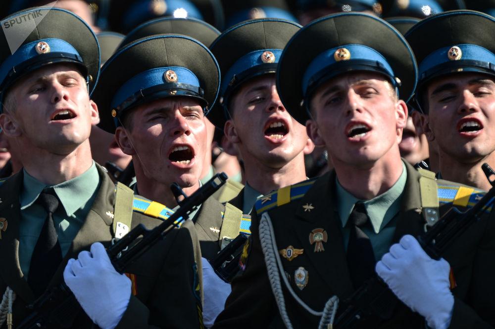 قوات الدفاع الجوية الفضائية الروسية خلال العرض العسكري بمناسبة عيد النصر على الساحة الحمراء في موسكو، روسيا