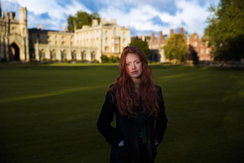 كتاب أطلس الجمال (The Atlas of Beauty) - صورة لفتاة تدعى كوني من بريطانيا