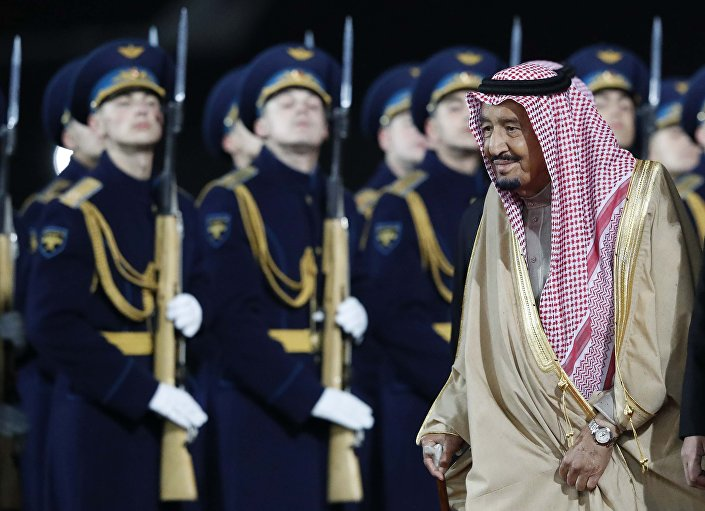 حرس الشرف في استقبال الملك سلمان لدى وصوله موسكو