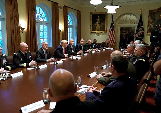 ترامب في اجتماع مع قادة الجيش
