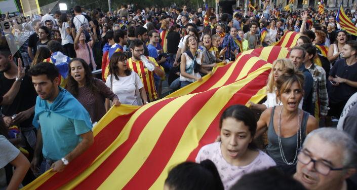 المشاركون في مظاهرة لتأييد استفتاء كتالونيا في برشلونة