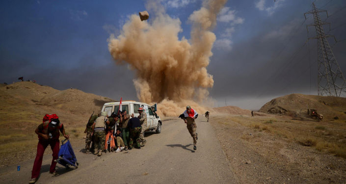 قوات الحشد الشعبي يركضون أثناء سقوط قذيفة في ضواحي الحويجة، العراق 30 سبتمبر/ أيلول 2017