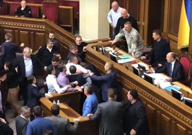 فيديو لعراك في البرلمان الأوكراني أثارها النائب البرلماني يوري ليفتشينكو