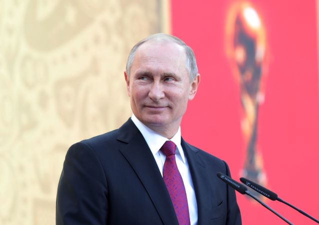 الرئيس الروسي فلاديمير بوتين خلال حضوره لمراسم انطلاق جولة بطولة كأس العالم لكرة القدم 2018 في ملعب لوجنيكي الأولمبي في موسكو