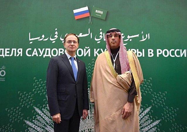 وزير الثقافة والإعلام السعودي عواد العواد ووزير الثقافة الروسي فلاديمير ميدينسكي خلال لقائهما في موسكو