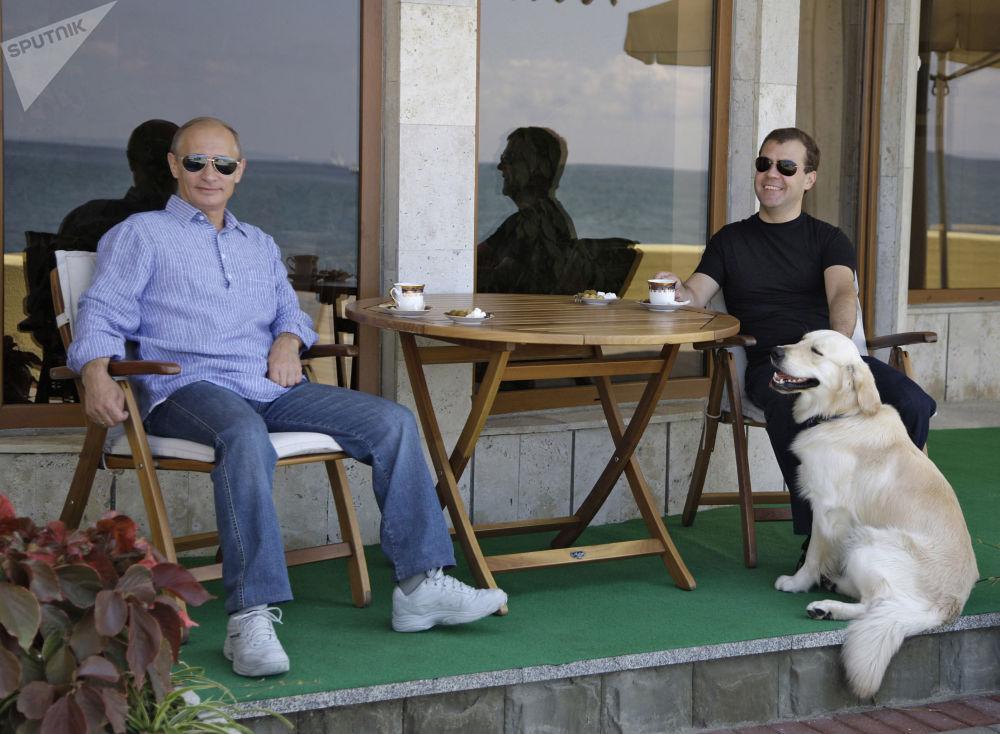 فلاديمير بوتين ودميتري مدفيديف في سوتشي، روسيا، عام 2009