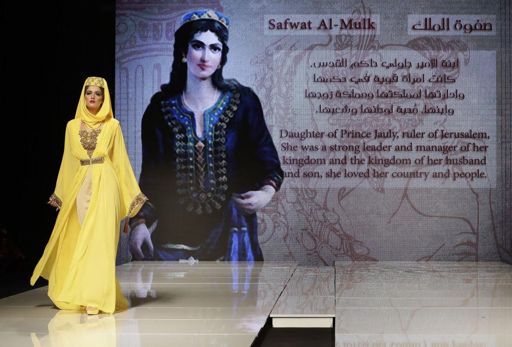 عارضة أزياء تقدم زيا مستوحى من صفوة الملك (بنت الأمير جاولي، حاكم القدس)، من تصميم المصممة السورية منال عجاج في عرض للأزياء إلهة الياسمين في بيروت، لبنان 11 أكتوبر/ تشرين الأول 2017
