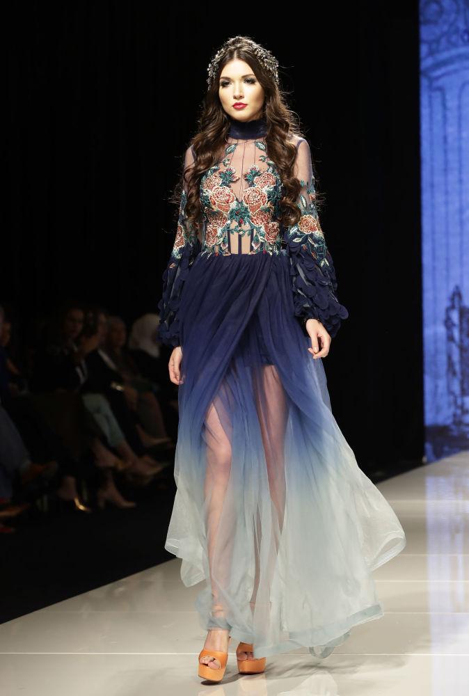 عارضة أزياء تقدم زيا من تصميم المصممة السورية منال عجاج في عرض للأزياء إلهة الياسمين في بيروت، لبنان 11 أكتوبر/ تشرين الأول 2017