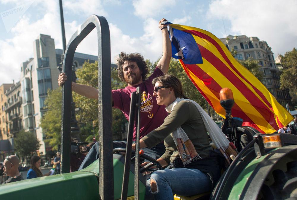 سكان برشلونة في انتظار إعلان البرلمان نتائج الاستفتاء حول استقلال كتالونيا