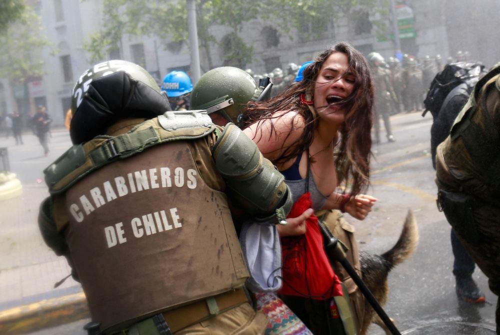 اشتباك المتظاهرين مع الشرطة خلال الاحتجاجات في يوم كولومبو في سانتياغو، تشيلي 9 أكتوبر/ تشرين الأول 2017