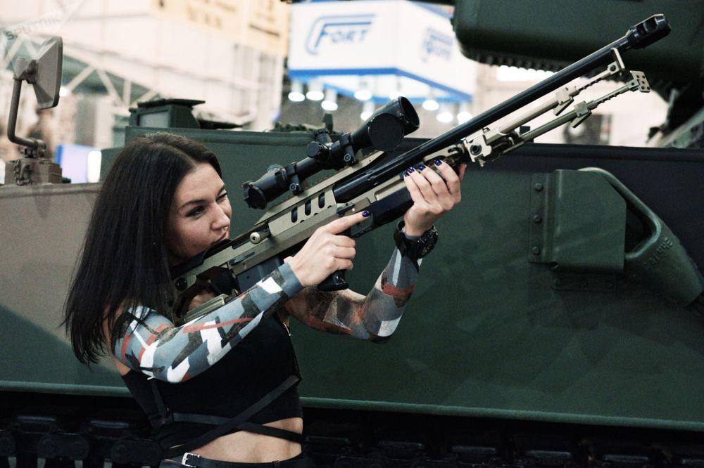 فتاة تتفقد بندقية في معرض الأسلحة والسلامة في كييف بأوكرانيا
